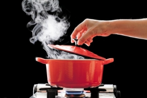 czerwony-garnek-para-wodna-gotowanie-na-kuchence-gazowej