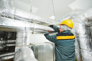 instalator-zolty-kask-instalacja-wentylacyjna-ocieplenie-izolacja-kanalow