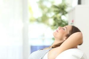 mloda-piekna-kobieta-odpoczywa-oddycha-na-kanapie-w-mieszkaniu-wentylacja