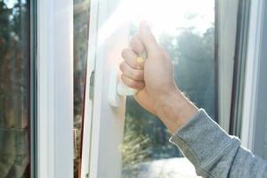 otwieranie-rozszczelnianie-okna-klamka-okienna-mikrowentylacja